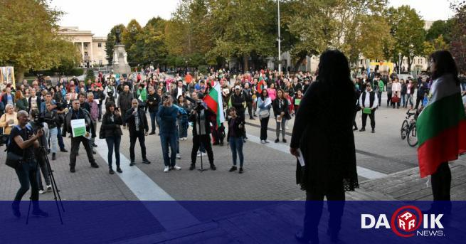 Протест срещу зеления сертификат събра граждани на централния площад