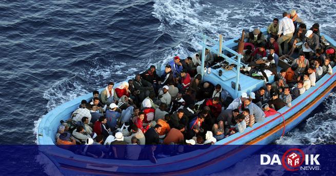 Италиански снабдителен кораб спаси 65 мигранти, включително жени и деца,