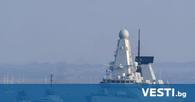 Б оен кораб стреля по британски разрушител в Черно море.