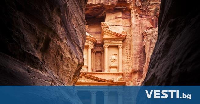 Д ревен град, издълбан в скалите насред пустинята... Това е