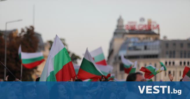 """инути след 17.00 часа протестиращите на площад """"Независимост"""" започнаха да"""