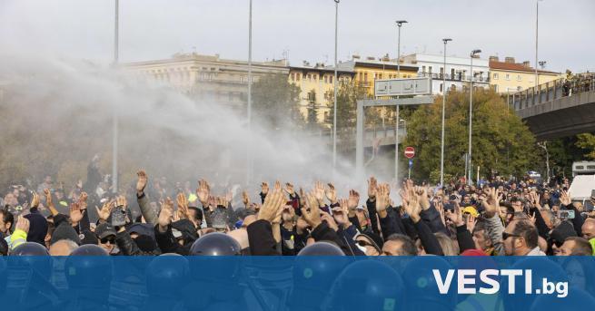 И талианската полиция използва днес водни оръдия и сълзотворен газ