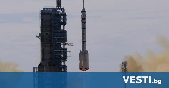 К итай за първи път изпрати астронавти на космическата си