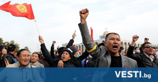 резидентът на Киргизстан Сооронбай Жеенбеков обяви извънредно положение в цялата