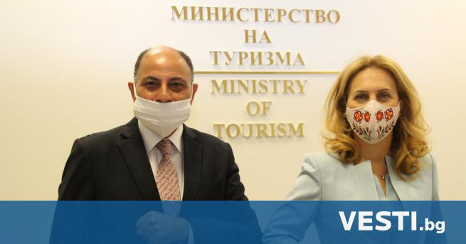ицепремиерът и министър на туризма Марияна Николова разговаря с Н.Пр.