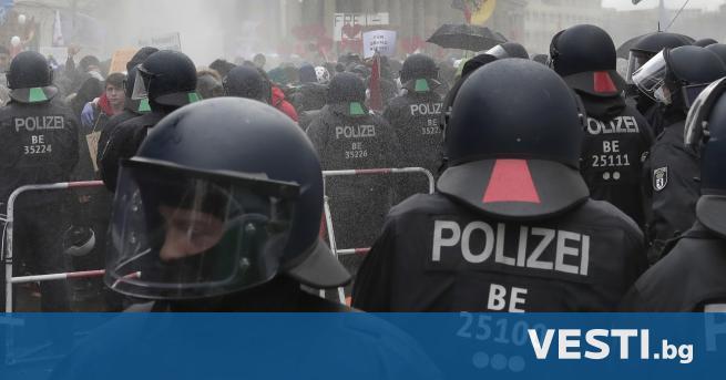 Ш естдесет германски полицаи бяха ранени при бунт в сграда,