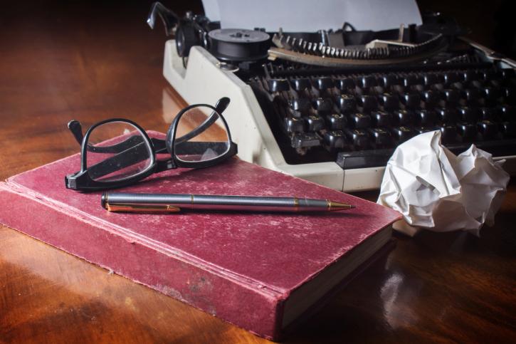 литература писател пишеща машина