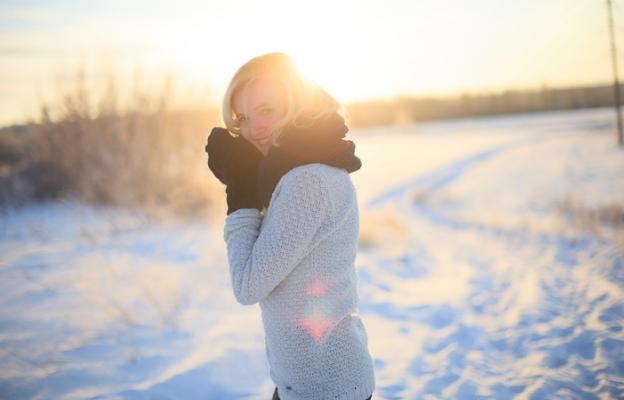 жена слънце зима щастие сняг