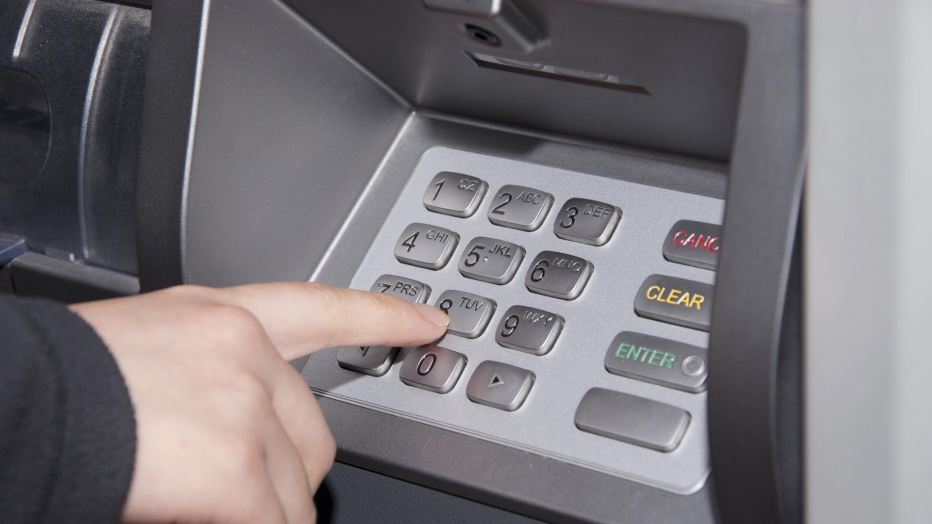 Потрeбител откри скимиращо устройство, докато тегли пари