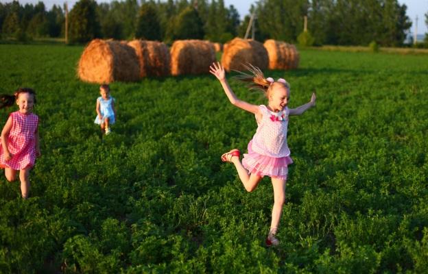 деца село провинция дете игра природа