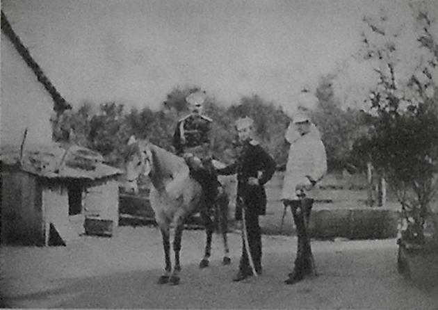 20-годишният принц Александър Батенберг с двама висши руски офицери. Бъдещият български княз участва във войната като част от Руската армия,