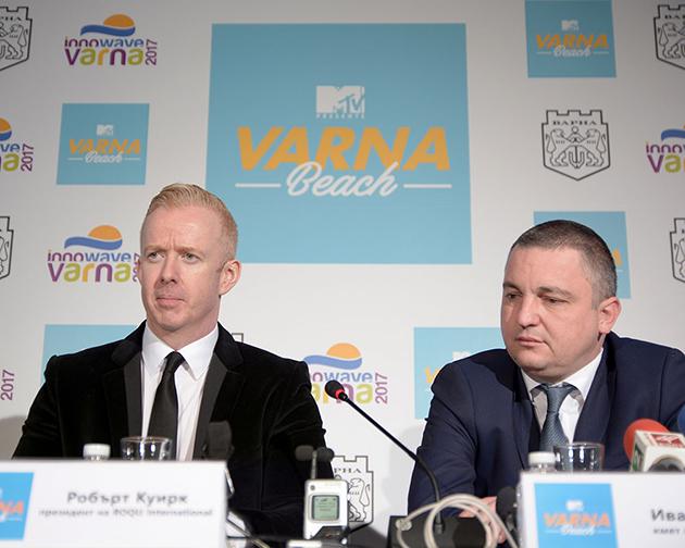 Робърт Куирк от организаторите и кметът на Варна Иван Портних