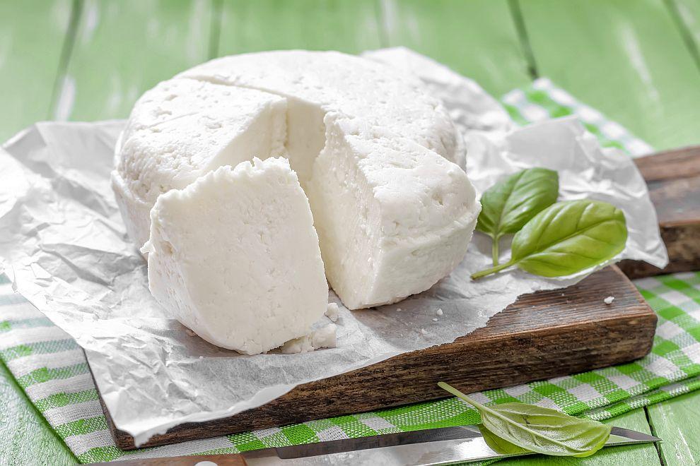 Въпреки че е с високо съдържание на наситени мазнини, консумирането на сирене в големи количества е безопасно и дори има предимства.