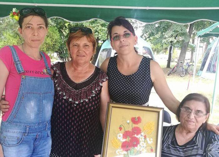 Златен медал за изработка на разложка носия взе Николина Петрова от ДВФУ в с. Долно Драглище