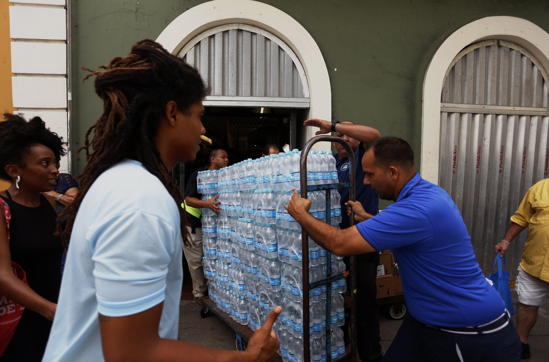 Жители на териториите в северните Кариби и Флорида се запасяват и подготвят за идващата буря