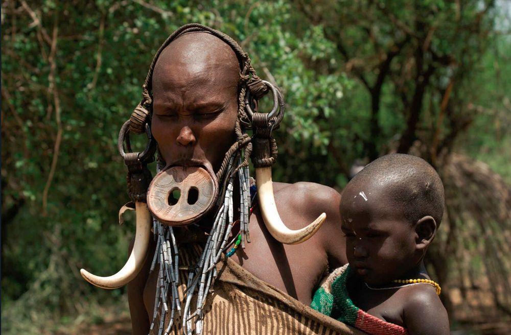 Първото, което веднага се набива на очи при среща с представителките на племето мурси, са техните лица. В долната си устна жените носят глинена чинийка – диск. Когато са на 15-16 години момичетата пробиват долната си устна. Там се поставя дървена тапа. След като раната заздравее, долната устна започва да се разширява с помощта на глинени дискове. Съгласно традициите на това мистично племе всички жени се явяват Жрици на смъртта, изпълнявайки доста зловещ ритуал, наричан от самите тях