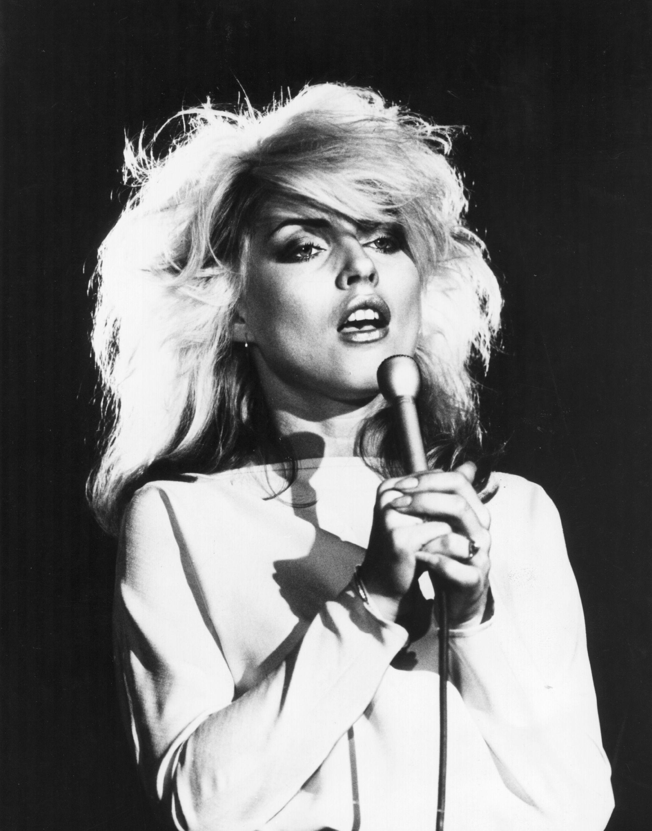 1977 г., а платинените блондинки са отново на мода