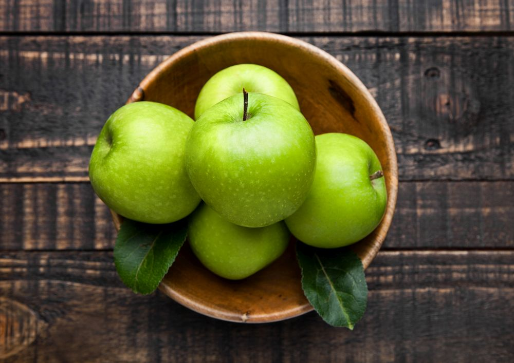 Ябълките повишават отделянето на слюнка, която неутрализира колониите бактерии, които причиняват лош дъх и плака. Освен това укрепват венците.