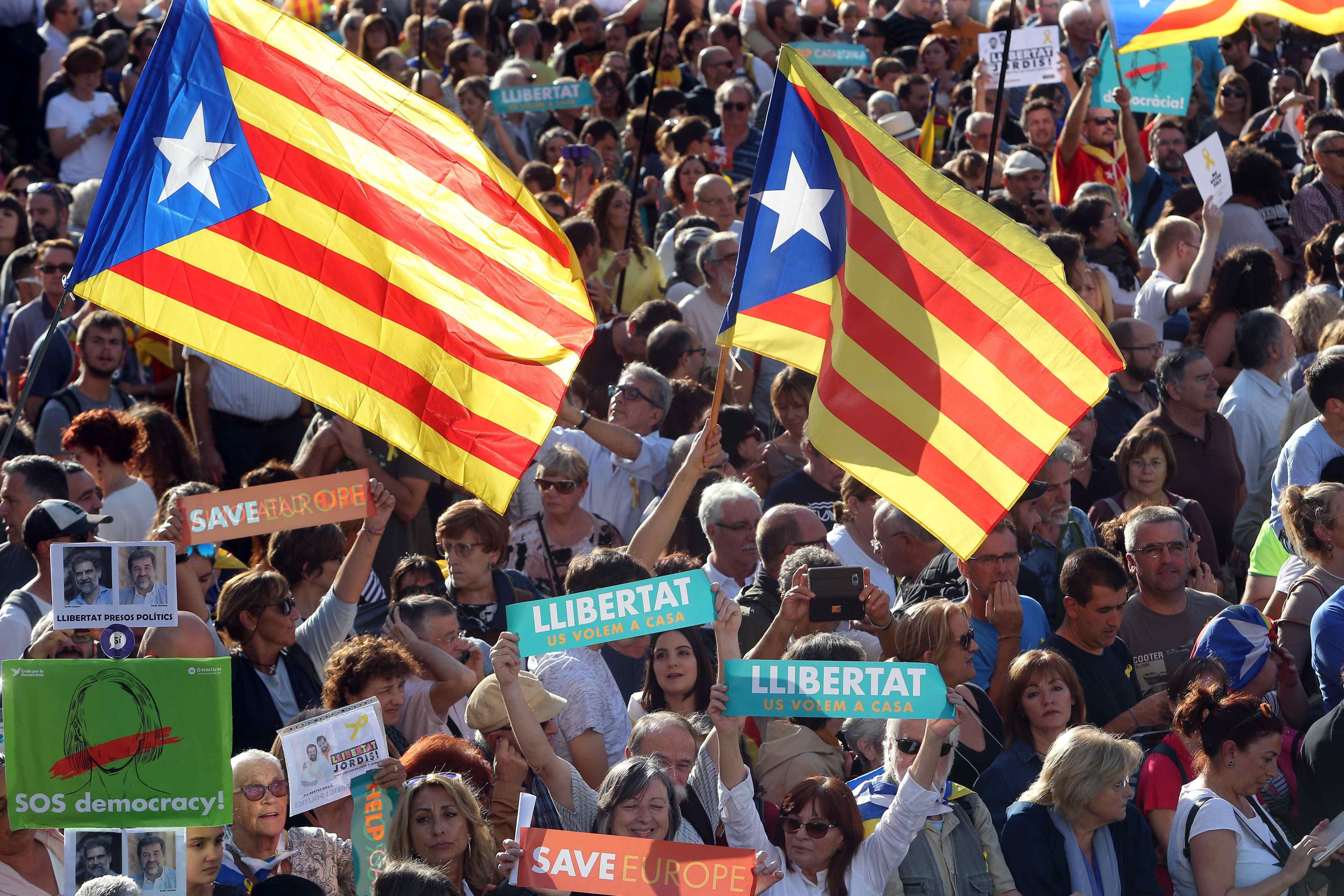 Демонстрантите искат и освобождаването от ареста на лидерите на Национална каталунска асамблея и Омниум куртурал Жорди Санчес и Жорди Куишарт.