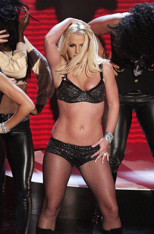 <p>През същата година Бритни присъства на&nbsp; наградите на MTV, където тя трябваше да направи голямото си музикално завръщане. В пръвите минути от представянето на песента Gimmе more тя едва не падна на сцената, когато залитна.</p>