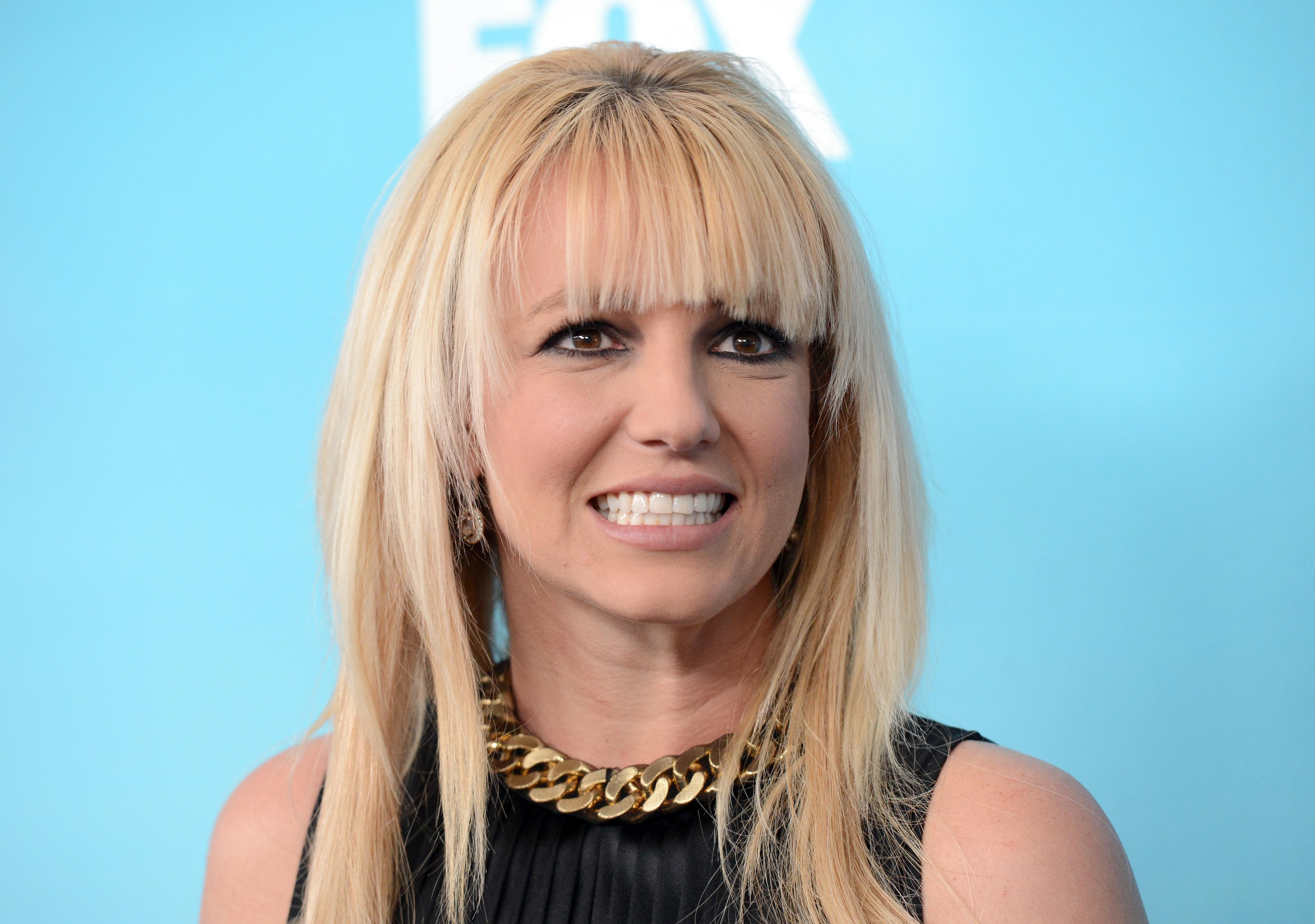 <p>Макар Бритни да е далеч от тези мрачни времена, преди няколко години, когато тя беше жури в американското предаване X Factor, певицата се появи на събитие, на което показа свой обрив на крака. Модните експерти критикуваха дълго Бритни, защото тя се бе спряла на обувки, съчетани с къса рокля, които разкриват кожния проблем. Вижте следващата снимка.</p>