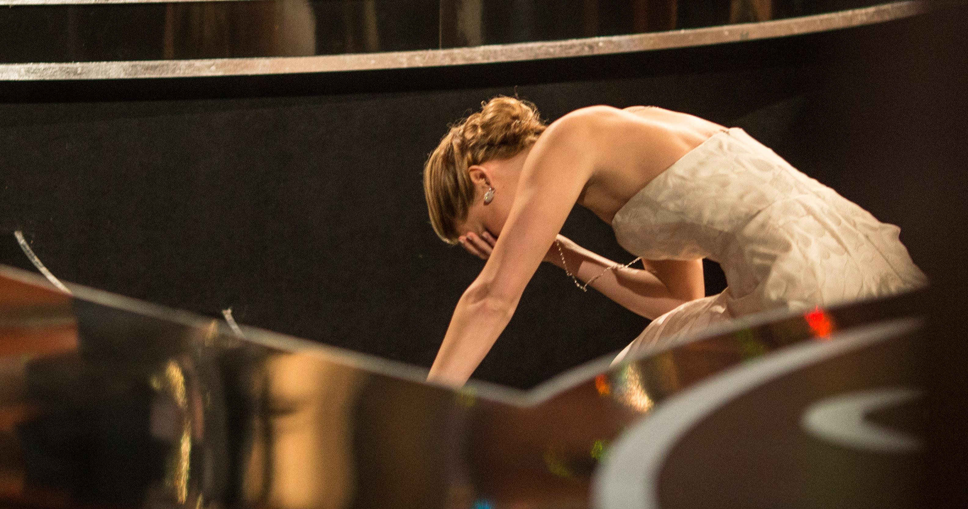 <p>Дженифър Лорънс претърпя един гаф, който не се отрази на кариерата й, но определено остана в историята на наградите &quot;Оскар&quot;. През 2013 г., актрисата падна на стълбите, водещи към сцената в &quot;Кодак&quot;, където се раздават традиционно наградите. Тя трябваше да вземе своята статуетка, но роклята й попречи за кратко.</p>