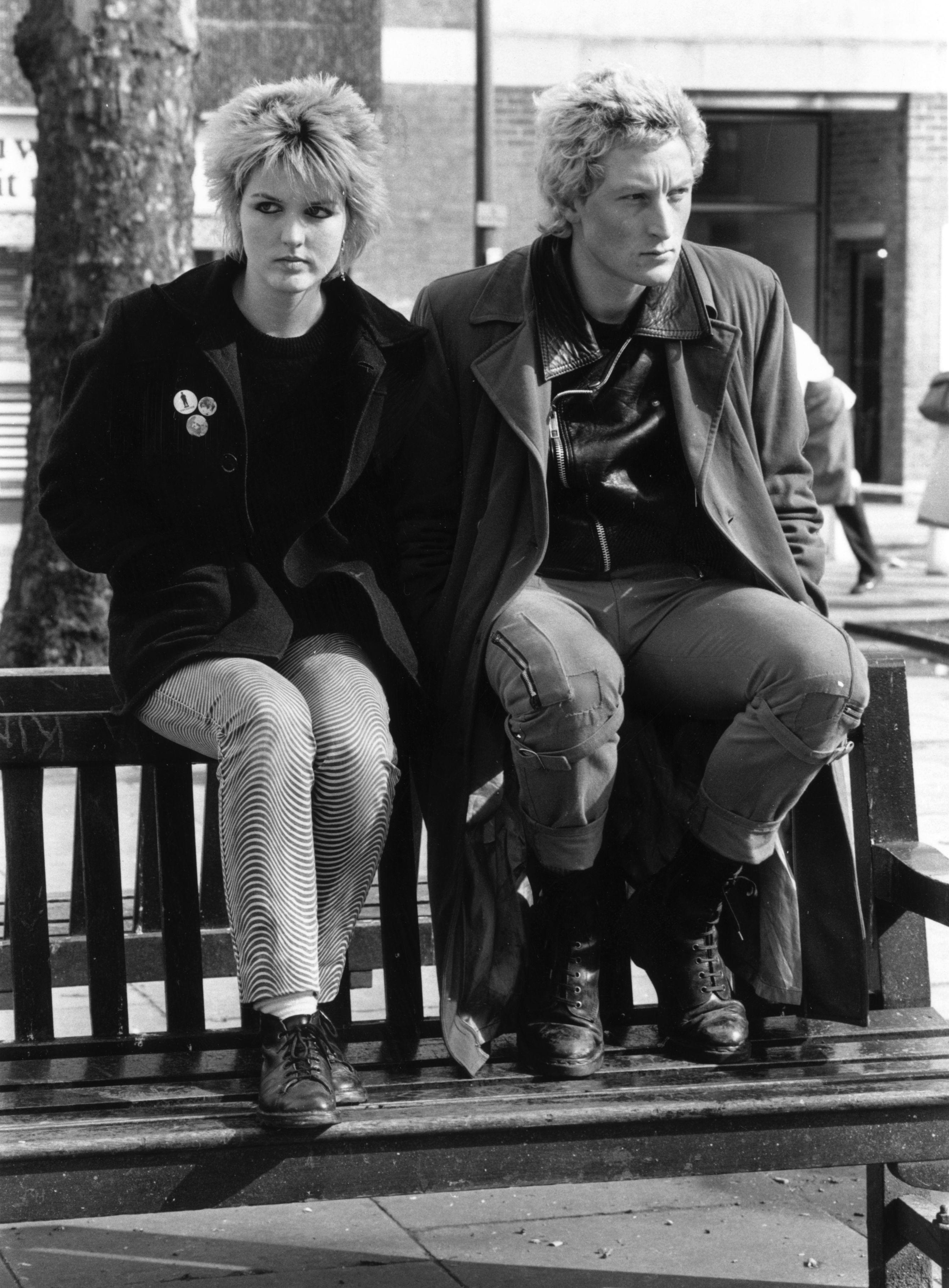 1981 г., забелязва се, че по-небрежните и ежедневни дрехи започват да стават модерни сред младите.