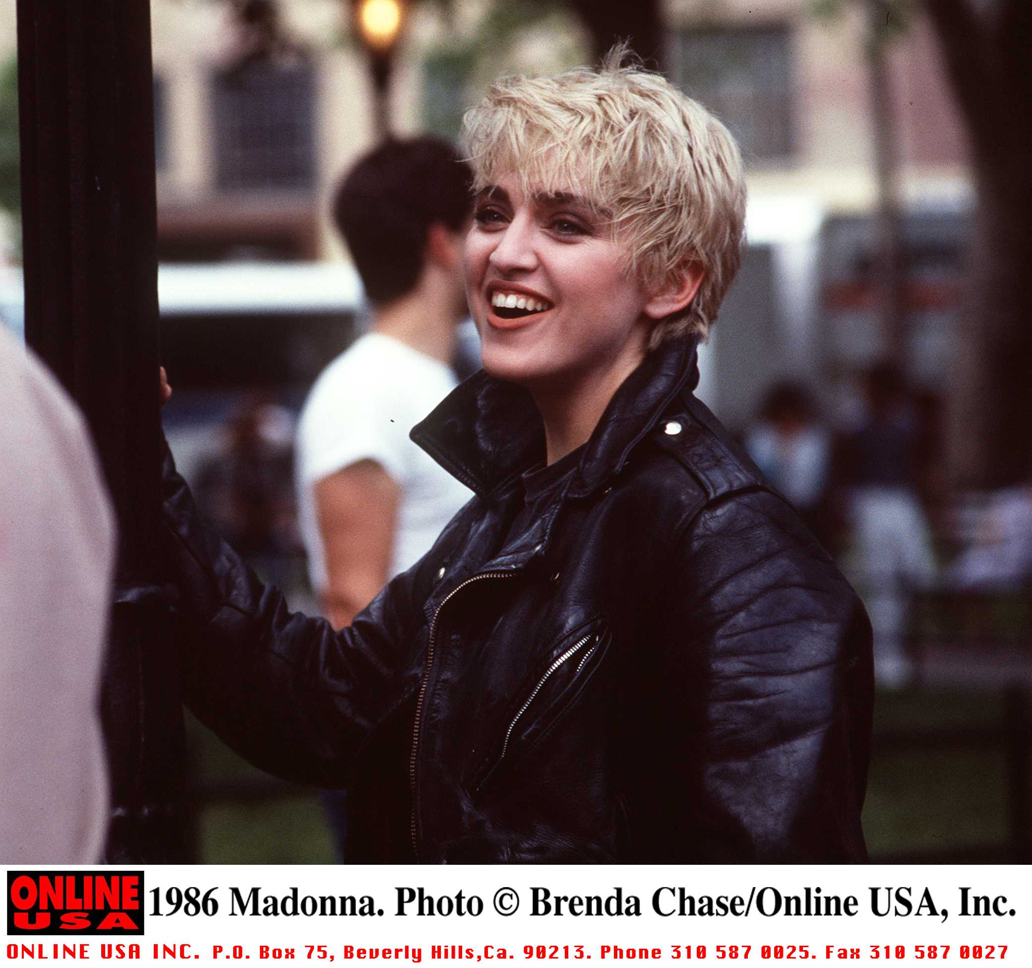 1986 г., Каквото и да облече Мадона, то се превръща в мода. Светли дънки, черно кожено яке - тенденция, които ще бъде актуална дълги години.