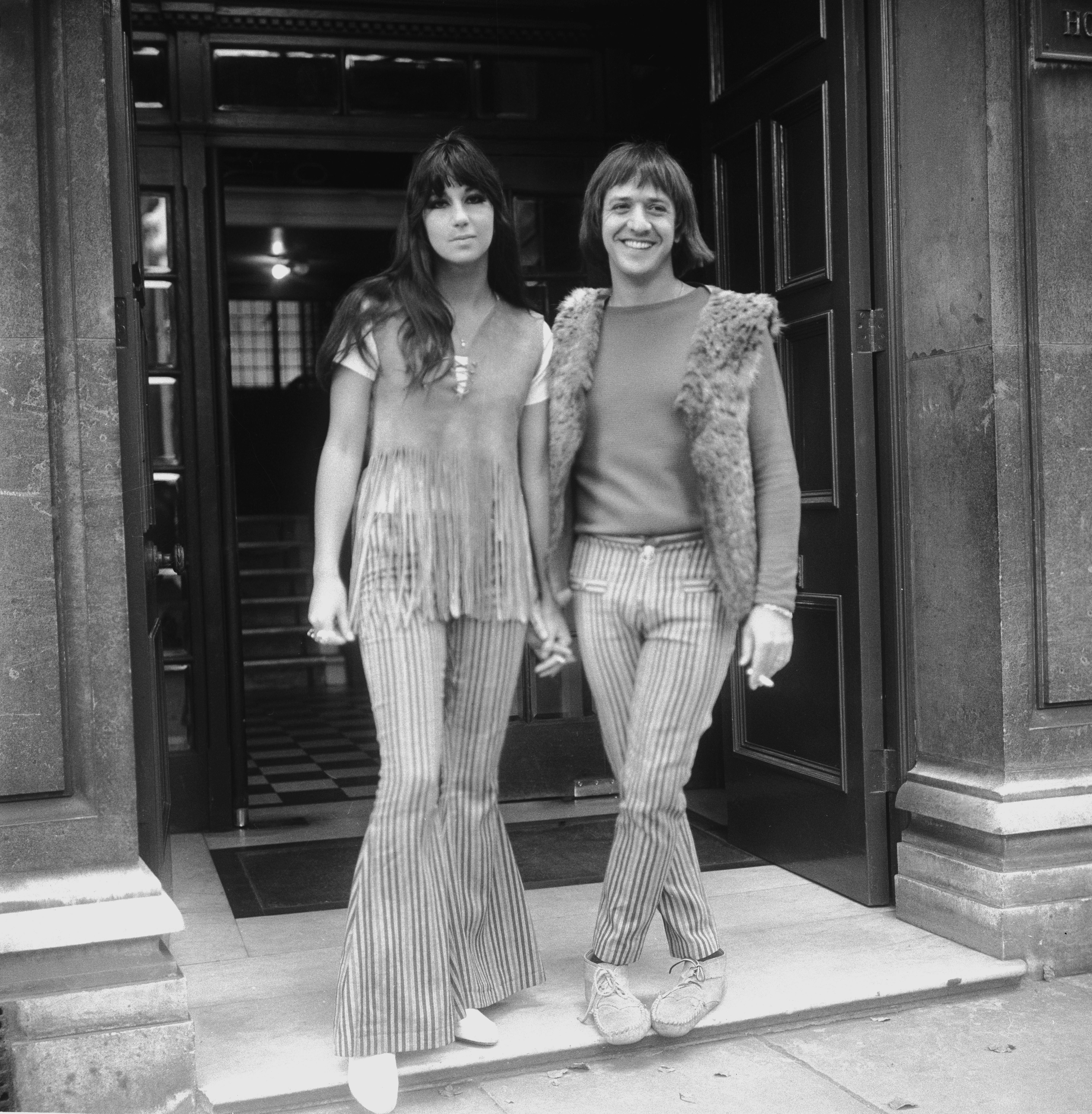 Шер и Сони през 1965 г., облечени по последен писък на тогавашната мода. Шер, както винаги се различава от другата тенденция сред дамите през тези години, а именно - бухналите и добре оформени коси и рокли/поли до коляното. Особено популярна мода сред домакините.
