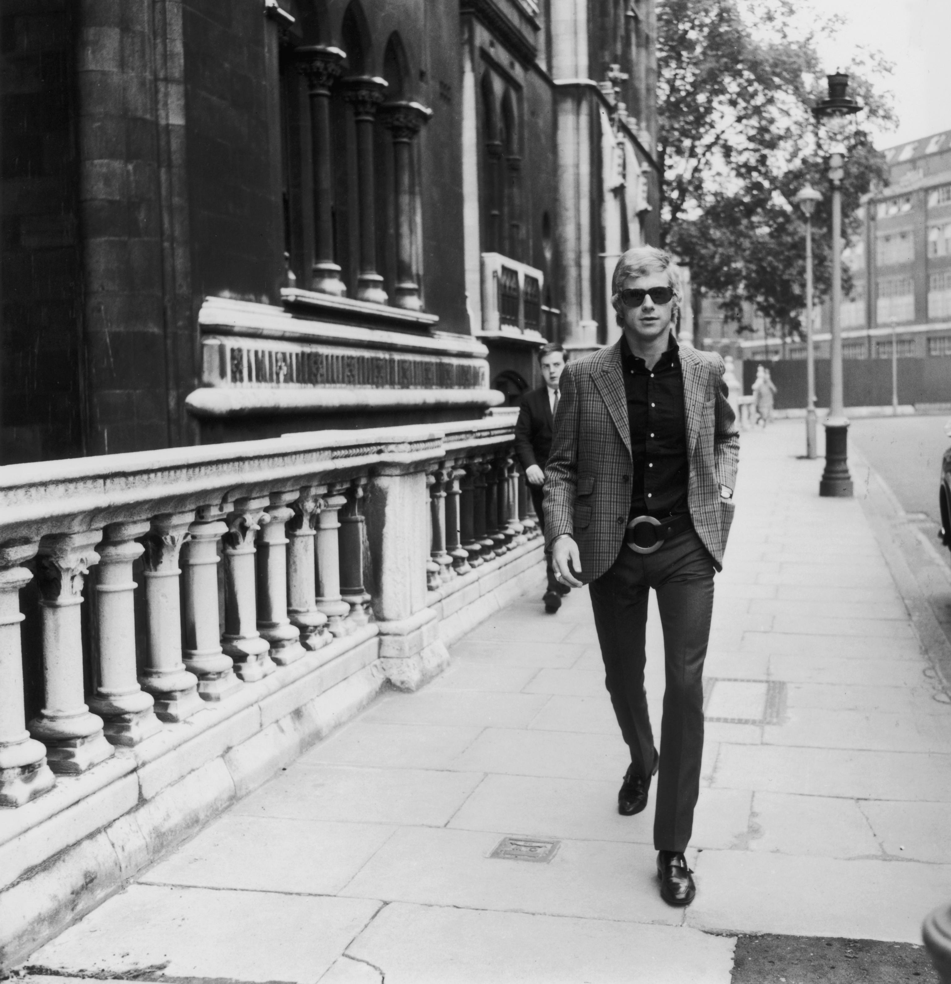 Мъжката по-елегантна мода през 1966 г., пък прилича до известна степен на тази, която и сега е актуална. Вталено сако, дънки или панталон и обувки от велур или кожа.