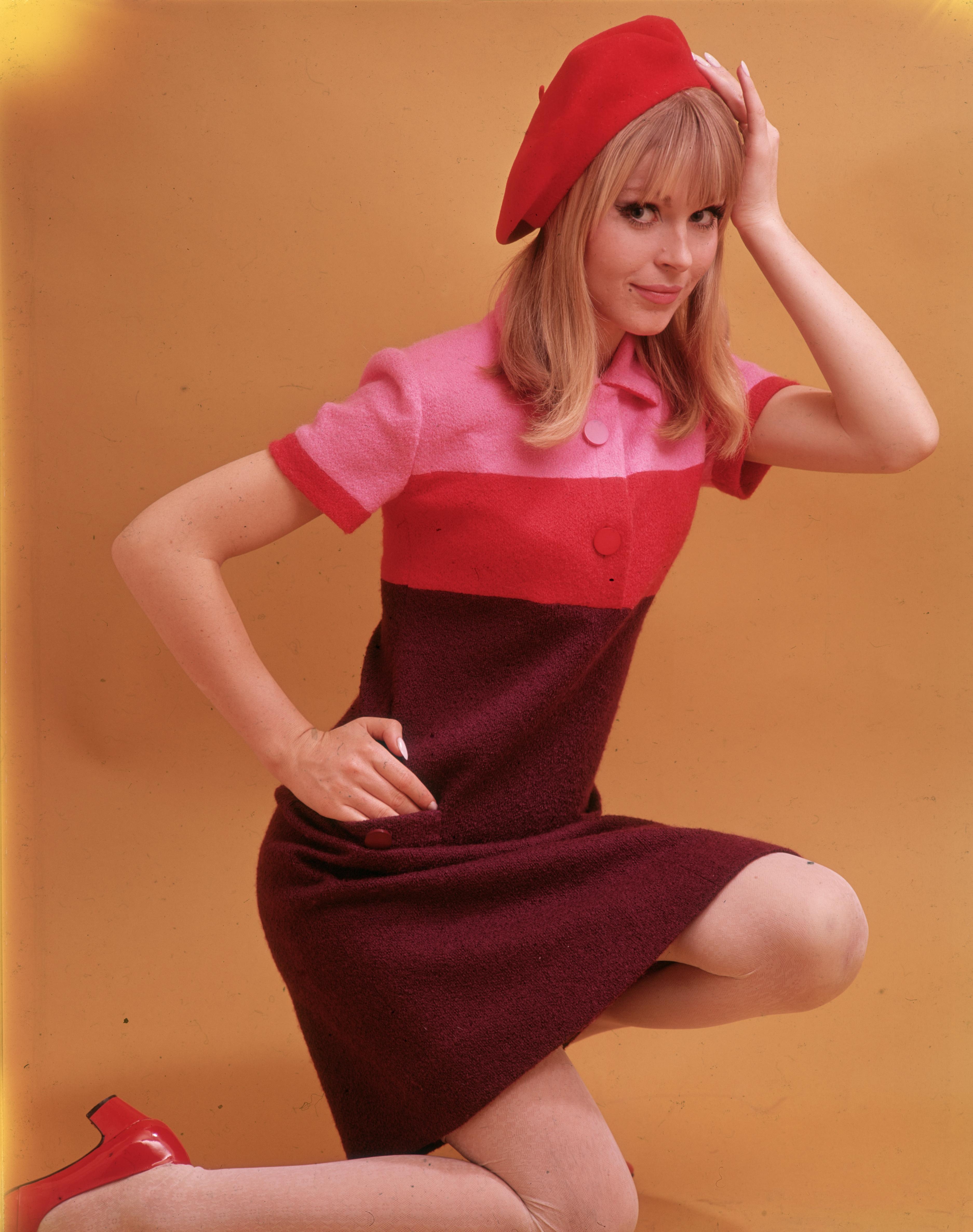 При по-младите дами през 1966 г., са на мода по-пъстрите дрехи. Роклите са прави, с напълно изчистена линия.