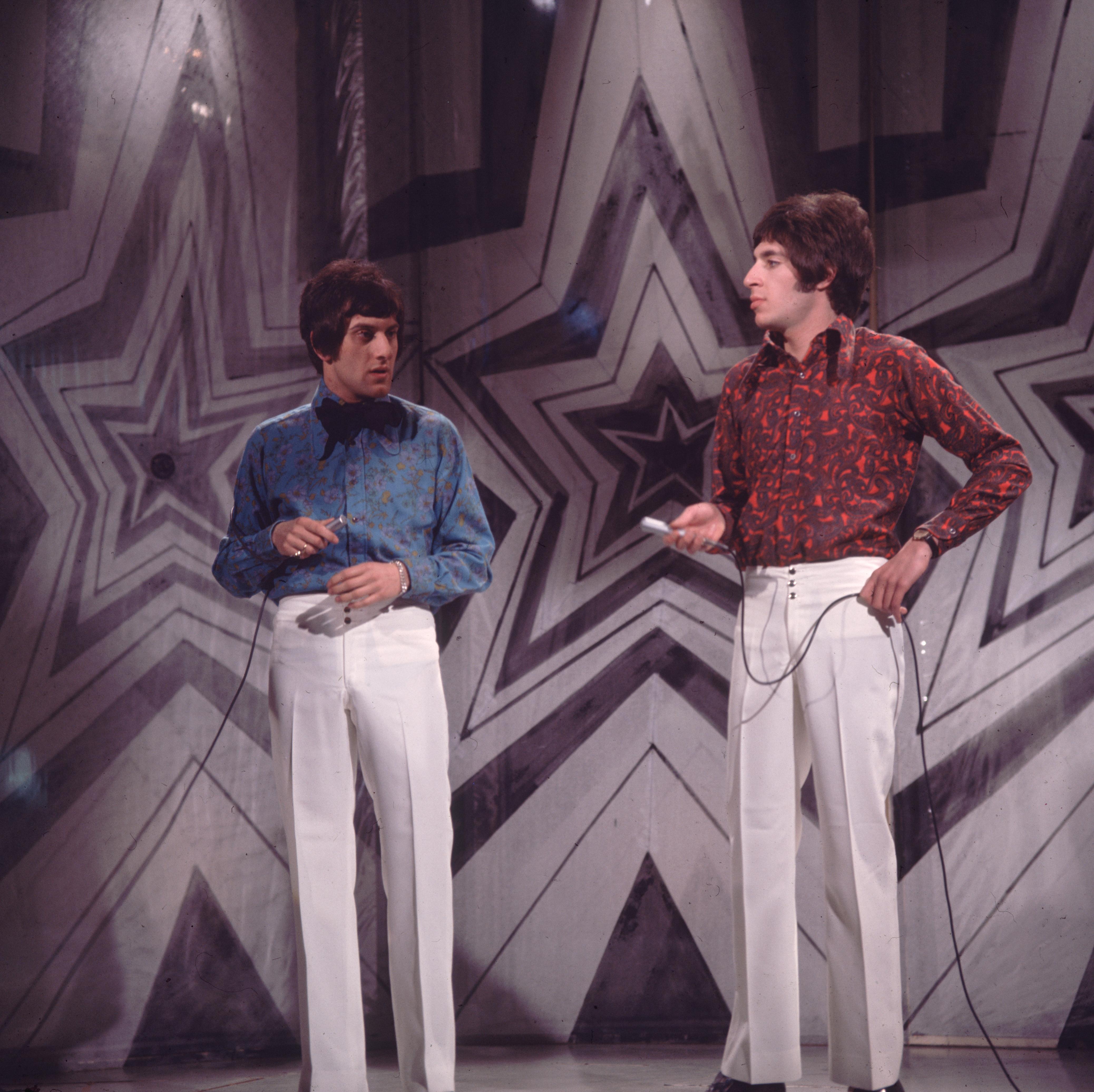 Няма как да се пропуснат популярните мъжки панталони, които са с висока талия, силно впити в горната част и леко разкроени в долната.