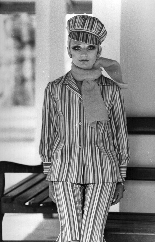 1968 г., запазват се пъстрите тонове и панталони при дамите.