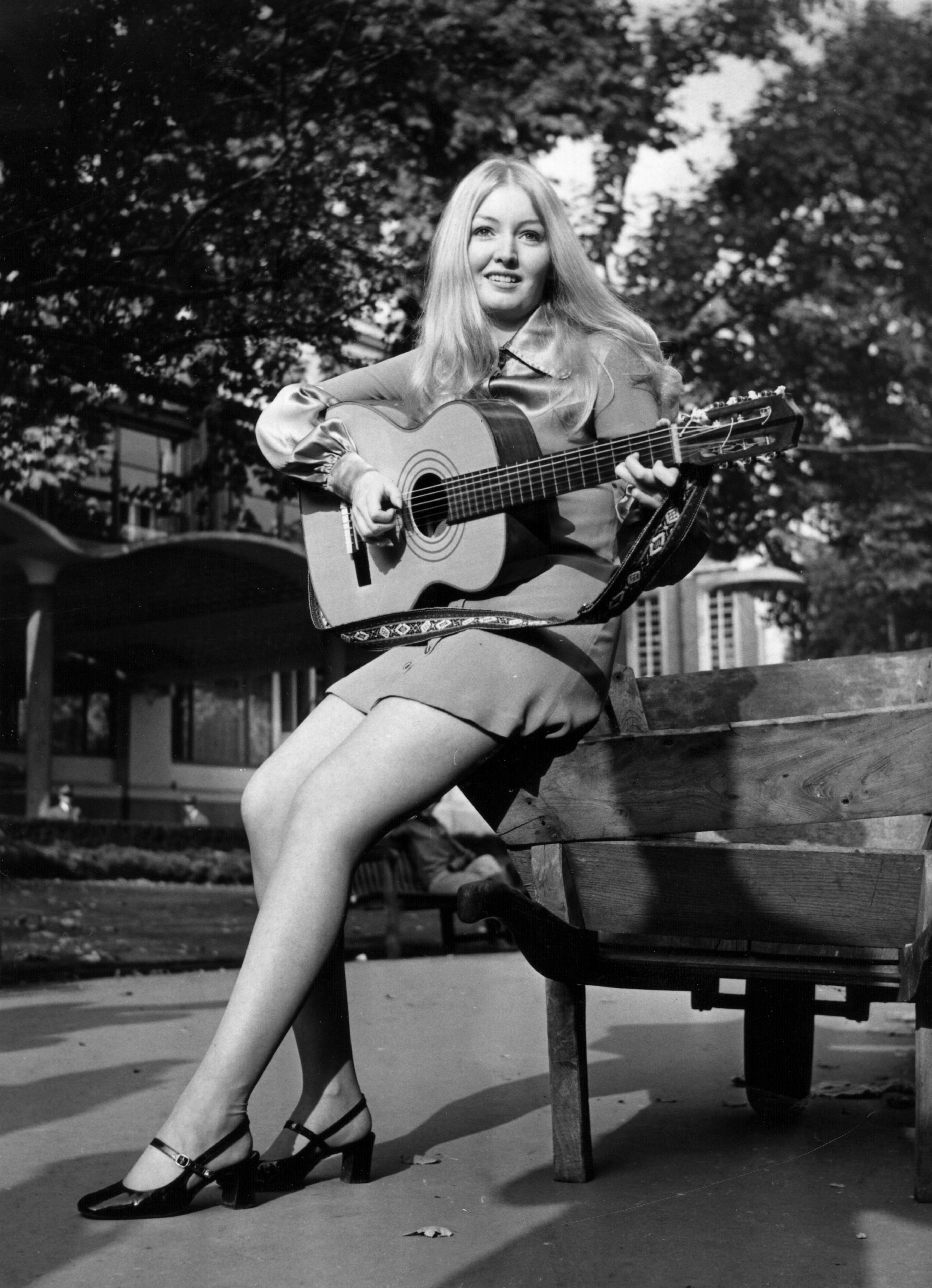 През 1969 г., вече започва да се забелязва промяна в модата при дамите. Късите рокли и поли навлизат все повече в ежедневието на множо млади жени.