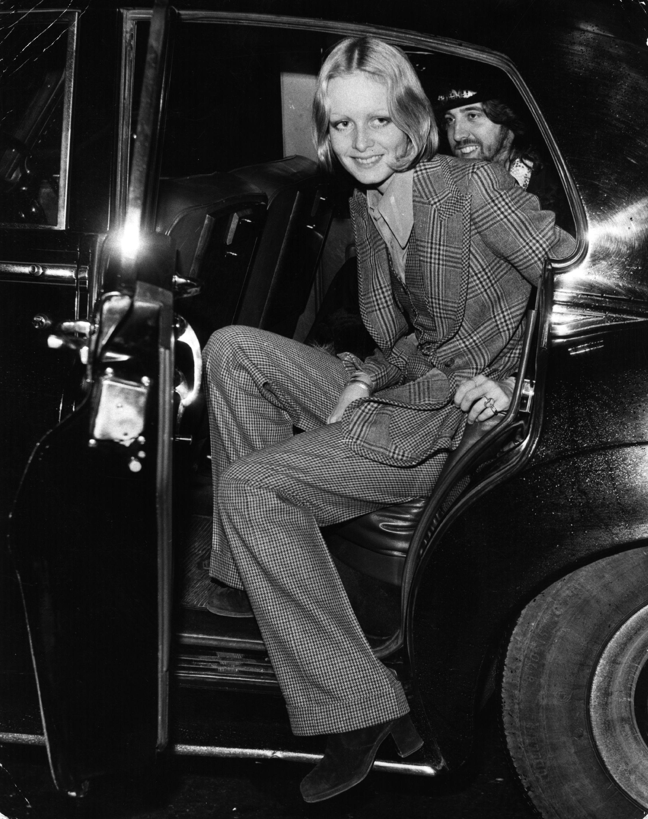 Костюм, който е с широки панталони и сако, са много модерни сред младите момичета през 1971 г