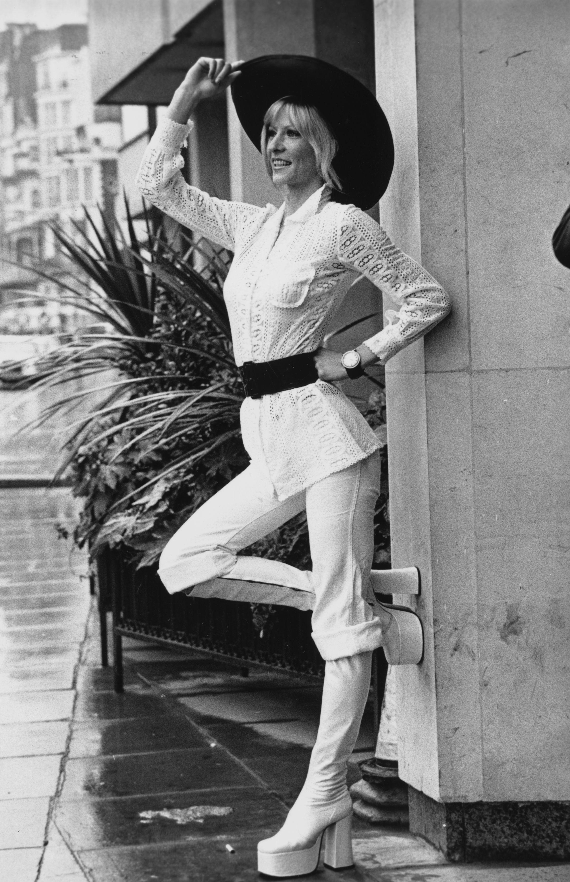 През 1972 г., в модата започва да навлиза отново един моден аксесоар - широките колани на талията.