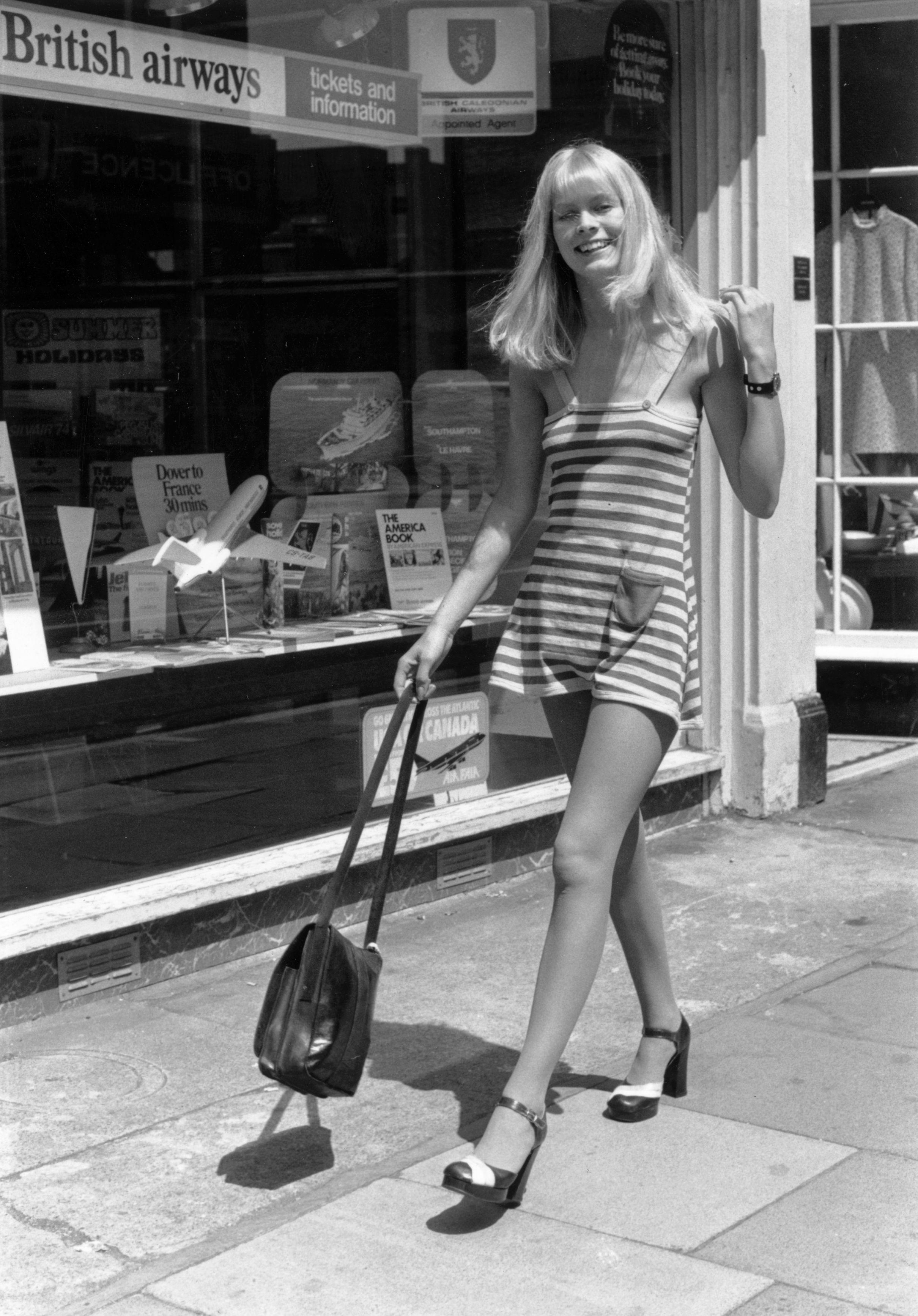 1974 г., когато навлизат по-непретенциозните дрехи в дамския гардероб.