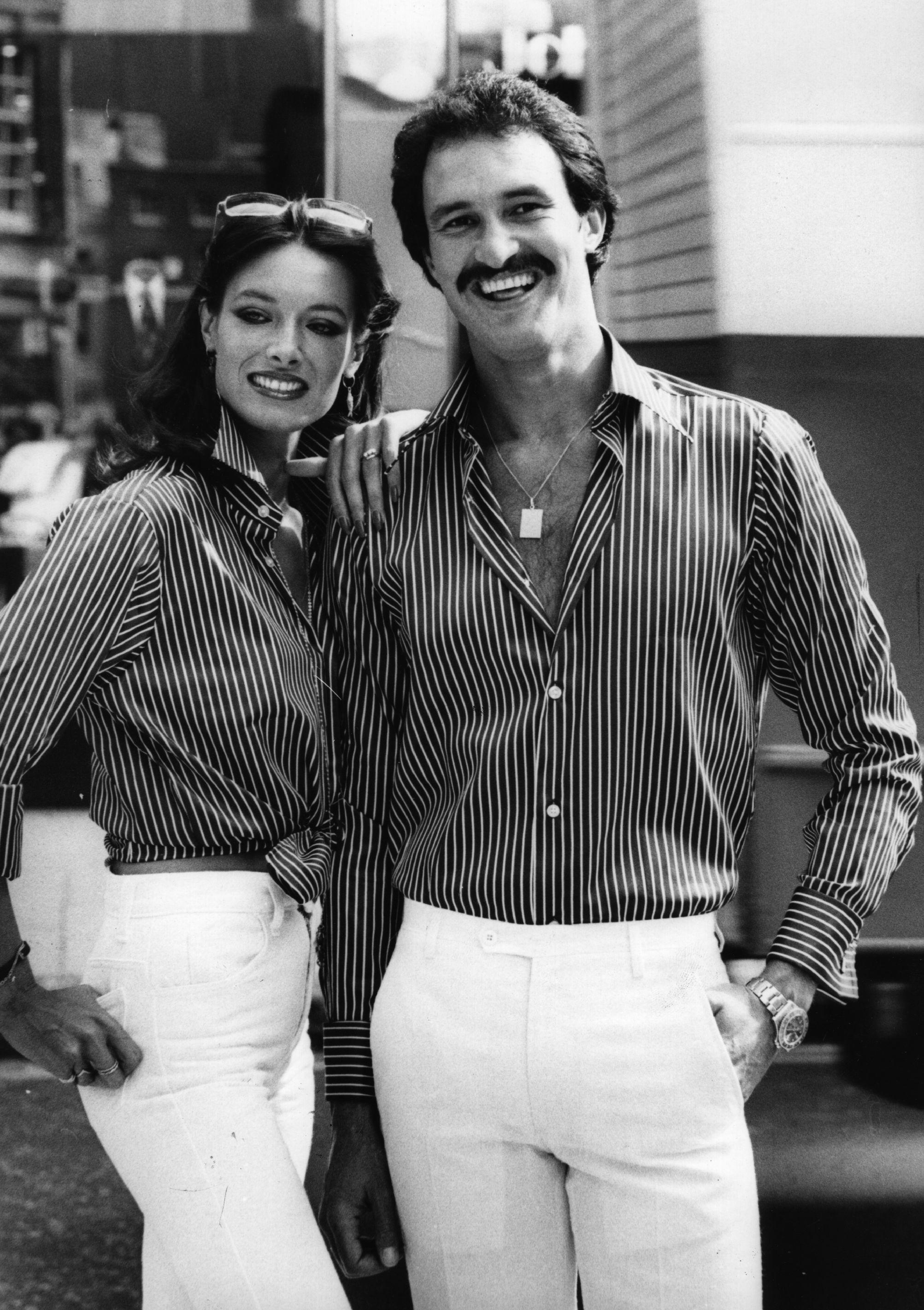 1976 г., при мъжете и жените ризите са тенденция, а панталоните продължават да са вталени горе и разкроени в долната част.