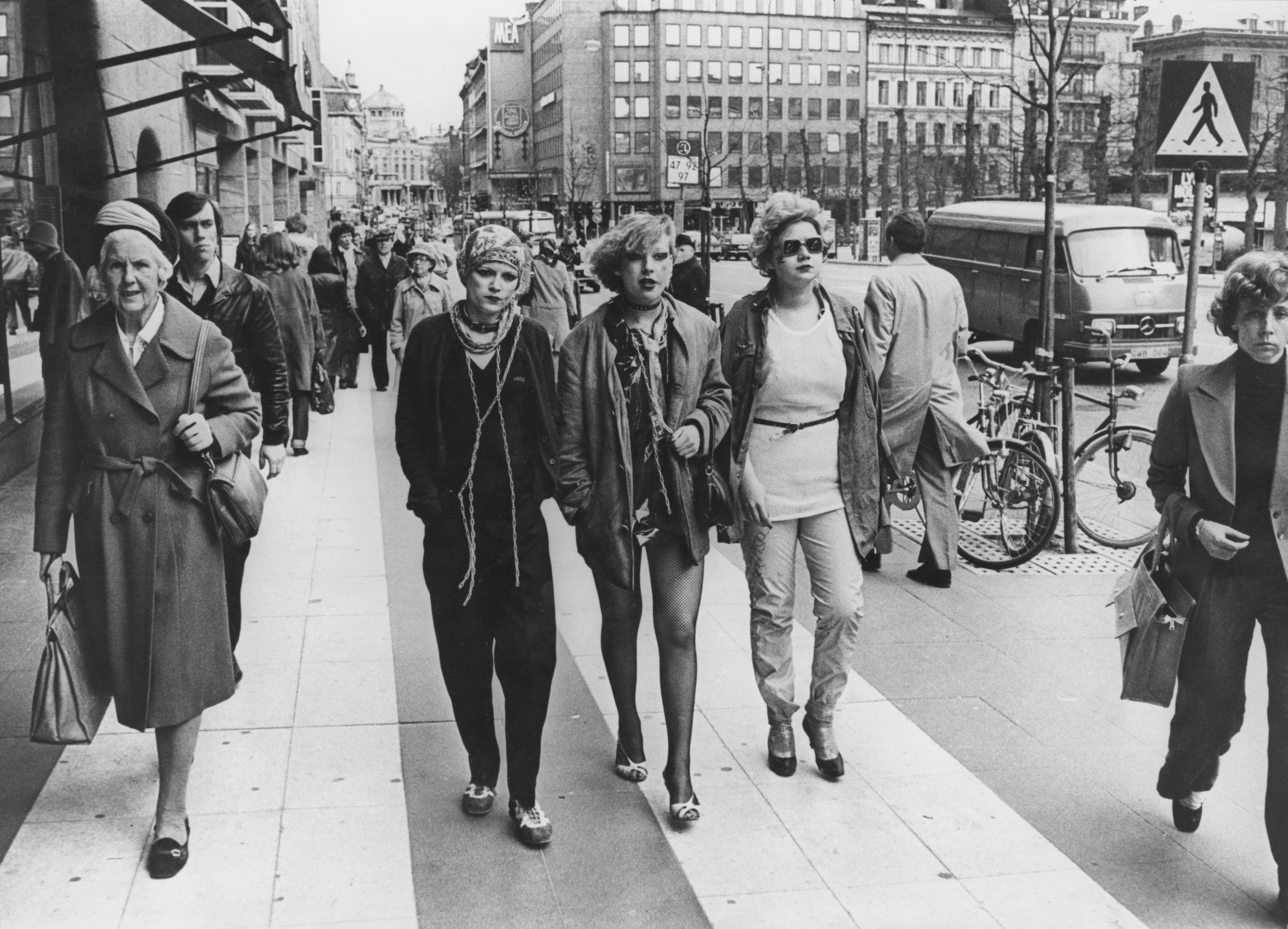 Годината е 1977. Разликите между младежката мода и тази на възрастните дами.