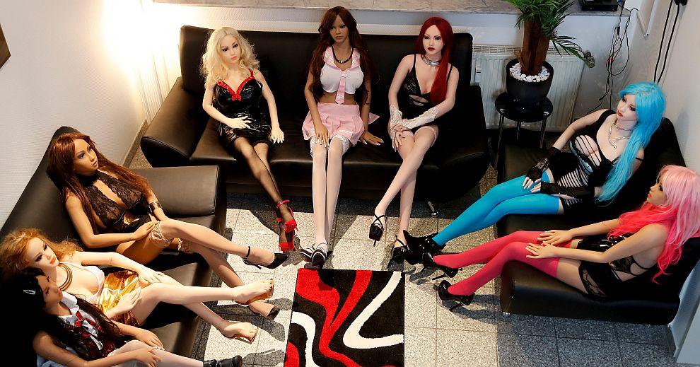 Бордей само със секс кукли привлича разнообразна клиентела в германския град Дортмунд. Върти го 29-годишната Евелин Шварц.
