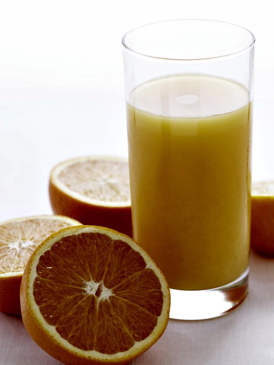 Фрешове<br /> Когато изцедим сока на свежи плодове и зеленчуци убиваме всички фибри в тях и по този начин премахваме ключовата съставка, която би ни карала да се чувстваме сити до следващото хранене.<br /> Това, което оставяме, е захар – доста захар. Много захар и малко протеини са перфектната рецепта за лошо настроение, приливи на глад и малко енергия.<br />
