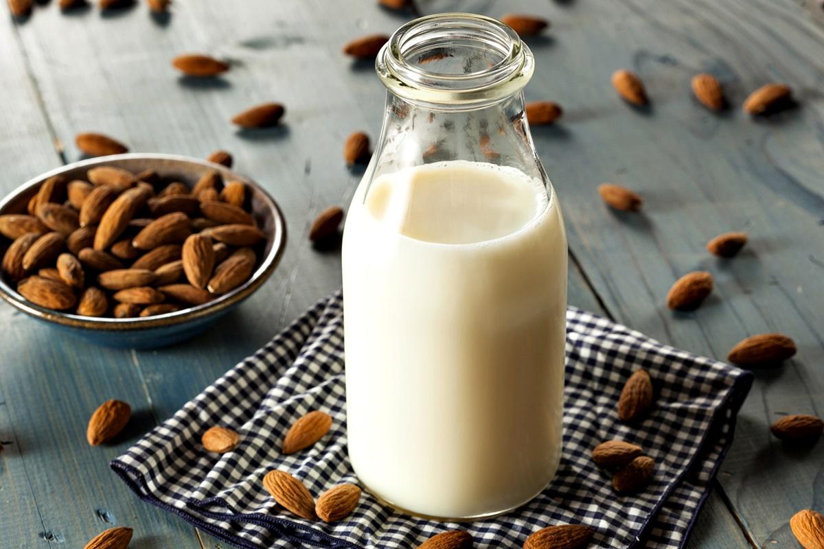 Бадемово мляко<br /> Бадемовото мляко е една от здравословните тенденции през изминалите години. За жалост обаче то е на практика празно на хранителни вещества.<br /> Самите бадеми са богати на протеини и енергия, но в чаша бадемово мляко има само 2 процента бадеми, почти никакви протеини, а витамините са изкуствено добавени.<br /> Ако наистина търсите здравословна алтернатива за кафето или зърнената си закуска, изберете соево или краве мляко, което да не е обезмаслено, но да няма твърде високо съдържание на мазнини, като кондензираното мляко например.