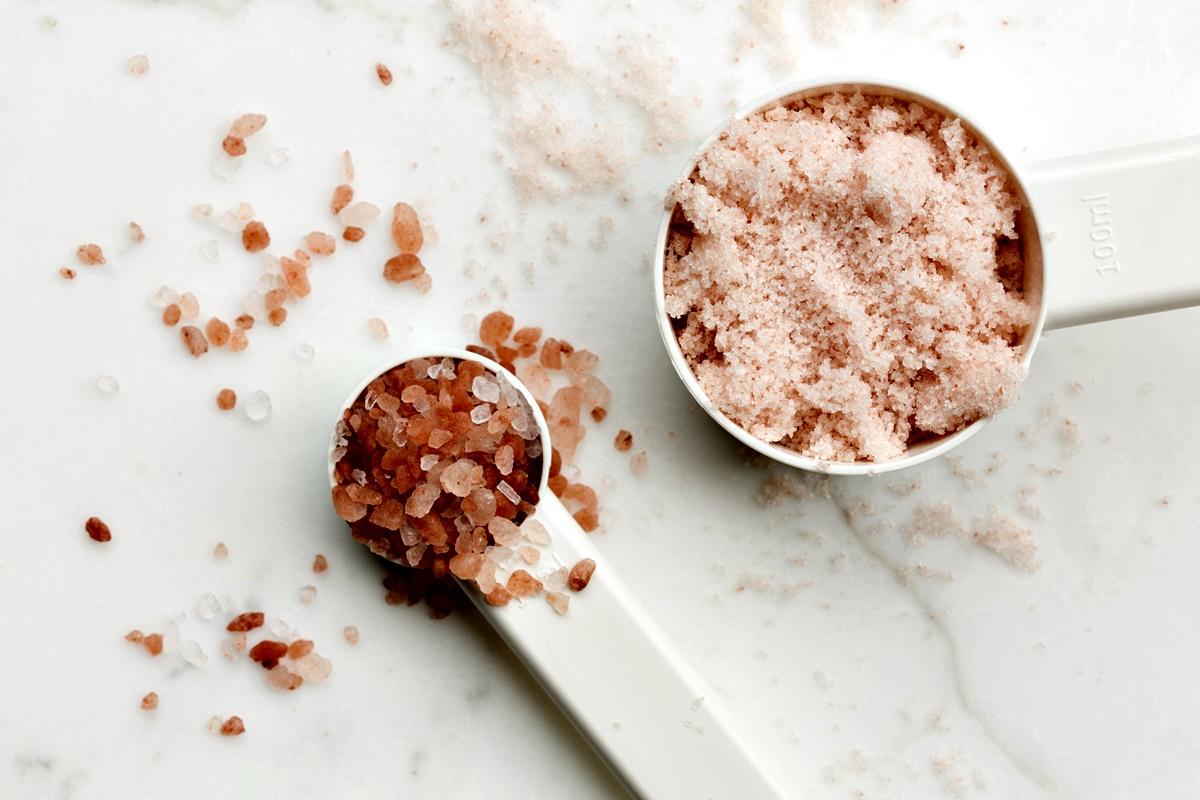 Хималайска сол<br /> Розовеникавата екзотична хималайска сол съдържа малки количества желязо, калций, калий и магнезий, но заслужава ли да бъде толкова високо ценена и такава висока цена в магазините?<br /> Да, тя наистина съдържа минерали, но за да имат ефект върху организма ни, трябва да приемаме повече от нея, а преди всичко тя си остава сол. Не можем да си набавяме полезни съставки от неща като сол и захар.