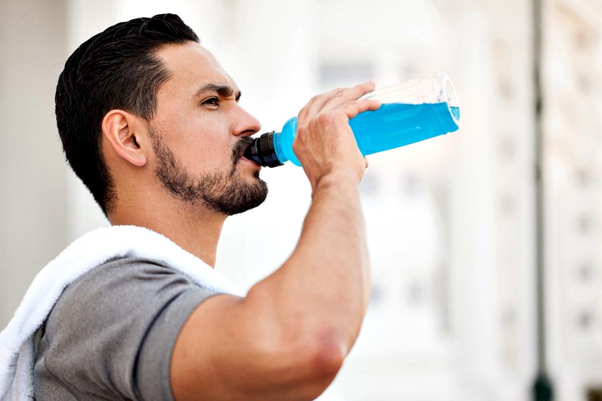 Спортни напитки<br /> Често в залата минаваме през машината за някоя захарна напитка, която да ни поддържа енергични по време на тренировка.<br /> Захарта и калориите обаче не ни помагат особено. Учени са установили, че пиенето на вода или 20 грама протеин е доста по-ефективен метод за успешна тренировка, защото така ще бъдем свежи и ще подпомогнем изграждането на мускулите.