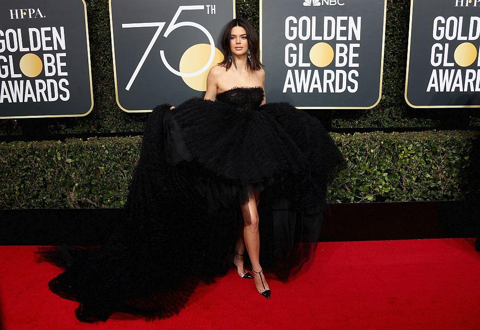 Кендъл Дженър се появи с черна рокля с ефектен шлейф