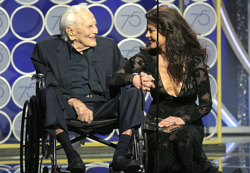 Кърк Дъглас беше изведен на сцената от снаха си, актрисата Катрин Зита-Джоунс