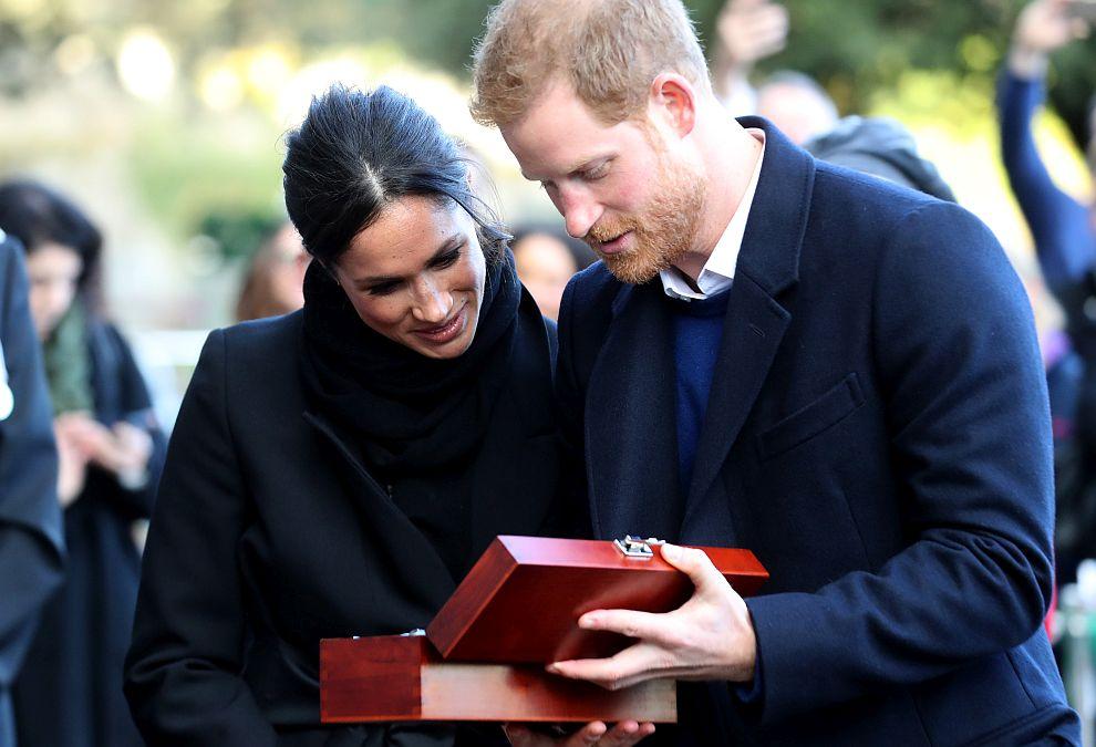 Принц Хари и годеницата му Меган Маркъл получиха като подарък келтска любовна лъжица по време на посещението си в Кардиф