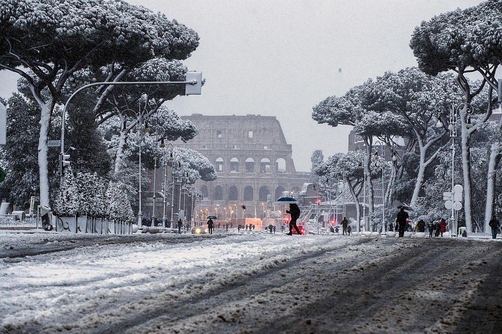 Сняг затрупа Рим за първи път 2012 година