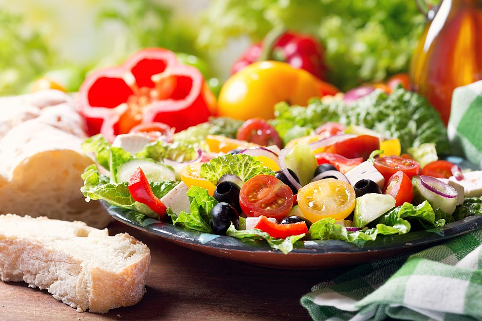 Диетата DASH е базирана върху консумация на зеленчуци, плодове и пълнозърнести храни, като се препоръчва употребата на нискомаслени млечни продукти