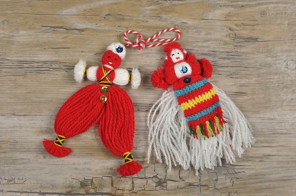 На 1 март хората, дърветата и животните се закичват за здраве и успех с мартеници, направени от пресукан бял и червен конец